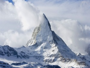 Nubes y nieve en la cumbre del monte cervino