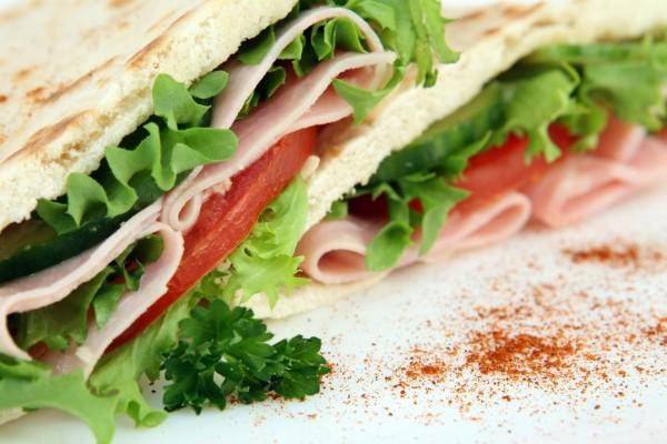 Sándwich con jamón y lechugas