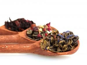 Varias clases de té sobre unas cucharas de madera