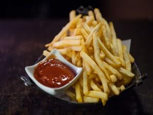 Patatas fritas acompañadas de kétchup