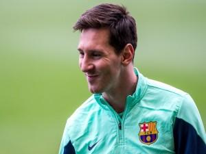 Lionel Messi sonriendo en un entrenamiento con el Barcelona