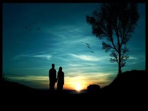 Amantes observando un hermoso amanecer