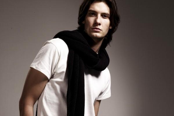Chico con una bufanda negra