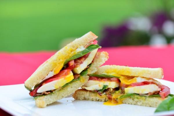 Sándwich con huevo frito, mozzarella, tomate y albahaca