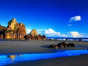 Bonito cielo azul sobre una playa