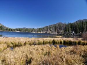 Cielo azul sobre un lago