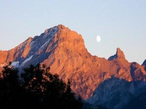 Luna sobre las montañas al amanecer