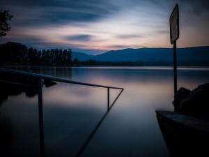 Lago en calma al amanecer