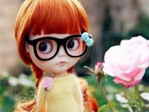 Hermosa muñeca con pelo largo y gafas