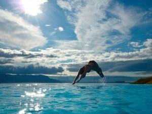 Espectacular salto en el agua de una mujer