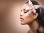 Mujer con una orquídea rosa en el pelo