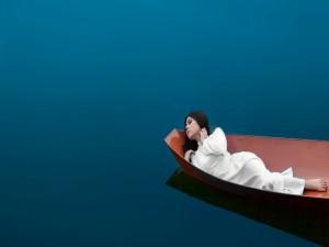 Mujer flotando sobre un bote