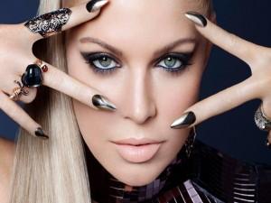 La cantante Fergie con un bonito esmalte de uñas