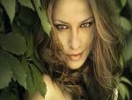 Mujer de ojos verdes entre unas hojas