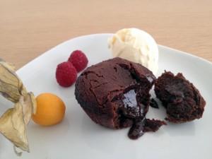 Coulant de chocolate acompañado de frutas y helado