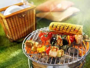 Brochetas y maíz en una barbacoa