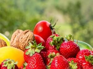 Nueces sobre unas fresas