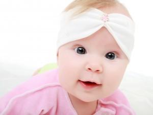 Los grandes y expresivos ojos de una bebé
