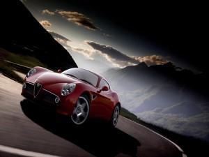 Alfa Romeo 8C Competizione de color rojo en una carretera