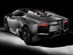 Parte trasera de un Lamborghini gris
