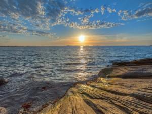 El sol ilumina las rocas y el mar