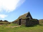 Casa cubierta de musgo en el campo