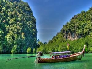 Barca navegando en un bonito lugar de Tailandia