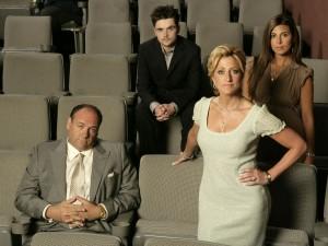 Tony Soprano junto a su mujer e hijos en  la sala de un cine