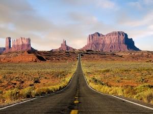 Carretera hacia el Valle de los Monumentos
