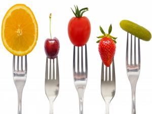 Frutas pinchadas en unos tenedores