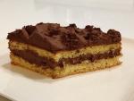 Bizcocho relleno y cubierto de chocolate
