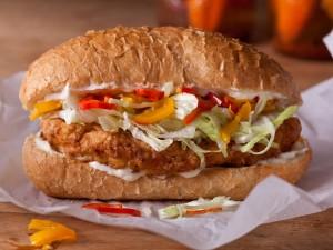 Bocadillo de pollo frito y vegetales