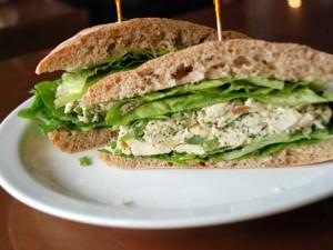 Sándwich con pollo y lechuga