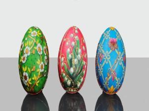 Tres huevos decorativos