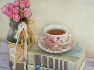 Bonita taza de té sobre unos libros