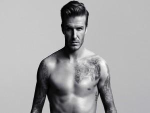 David Beckham mostrando sus tatuajes