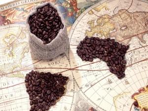 Granos de café sobre un mapamundi