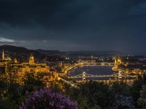 Budapest iluminada en la noche
