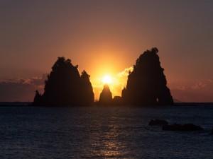 Sol sobre unas rocas marinas