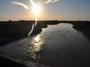 Sol iluminando el cauce de un río
