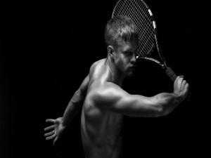 Chico con una raqueta de tenis