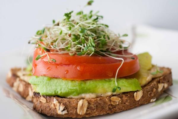 Pan con aguacate, tomate y germinados