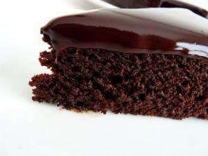 Tarta jugosa de chocolate cubierta de chocolate fundido