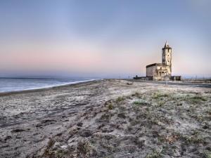 Iglesia abandonada junto a la playa de La Almadraba de Monteleva (Almeria, España)