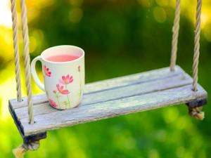 Taza de té sobre un columpio de madera