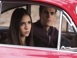Stefan y Elena dentro de un coche (Cronicas Vampíricas)