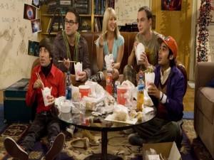 "Los chicos de ""The Big Bang Theory"" tomando comida china"