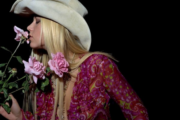 Anna Kournikova aspirando el perfume de una rosa