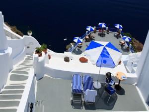 Personas disfrutando en un hotel de Santorini (Grecia)