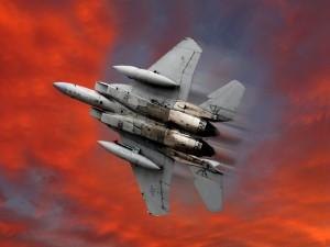 Un avión McDonnell Douglas F-15 Eagle surcando el cielo